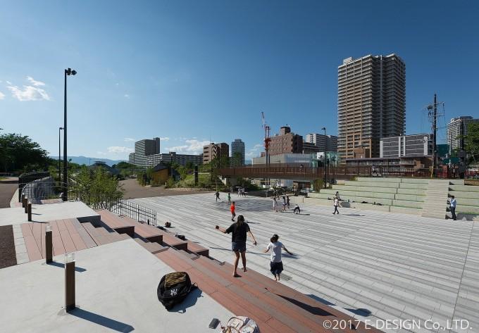 両側に客席があるイベント広場は、商業エリアとエントランスと公園を結ぶ動線の結節点となる